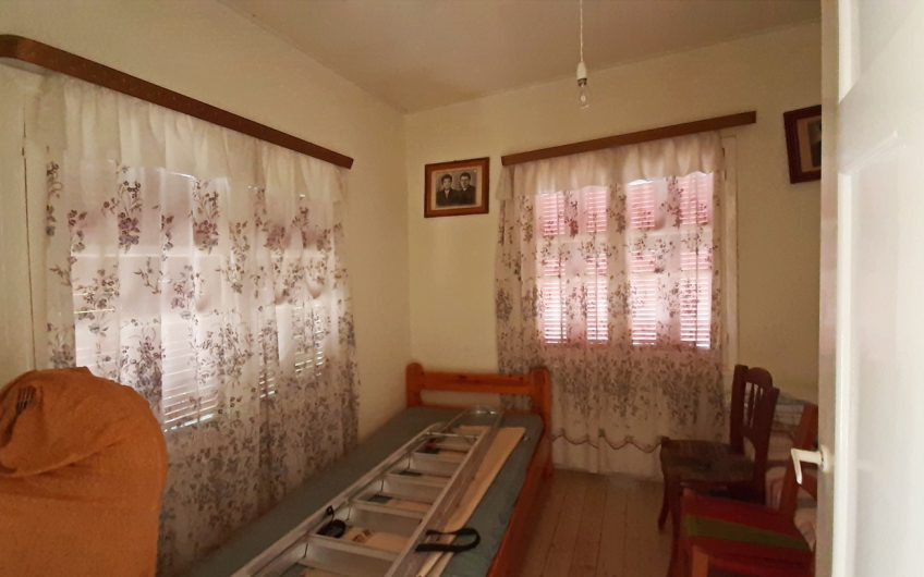Cottage for sale 40m from the sea in Skala Polichnitou